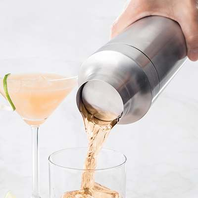 <BR>Innovative integrated strainer holds back ice for a consistent pour