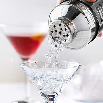 <BR>Strainer holds back ice for a consistent pour